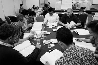 Sidang Komisi 1, ki-ka, searah jarum jam: Dio Bowo, Priyanto Sunarto, Mendiola B Wiryawan, Ato Hertianto Djajasasmita, Irvan N Suryanto, Mario Tetelepta, Hanny Kardinata, Arief Adityawan (tidak kelihatan: Lans Brahmantyo, Nia Karlina)