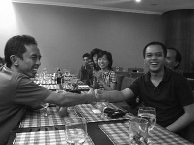 Ketua FDGI Pusat Eka Sofyan Rizal memberi selamat kepada Adi Nugroho yang baru terpilih sebagai ketua FDGI Semarang.