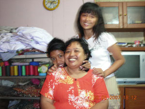 Istri Wiji Thukul, Sipon, anak perempuan mereka, Nganti Wani, dan anak laki mereka, Fajar Merah. Sumber: Internet