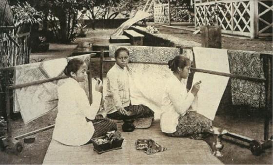 Kartini (kanan) dan saudara perempuannya Roekmini dan Kardinah sedang membatik dengan canting. Sumber: De Batikkunst (1899) oleh Juynboll dan Rouffaer