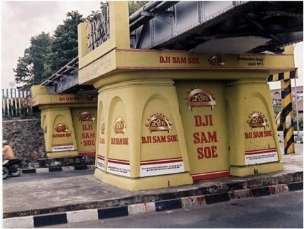 Iklan rokok di Jembatan Kewek, 2005. Sumber: Indonesian Visual Art Archive via kunci.or.id