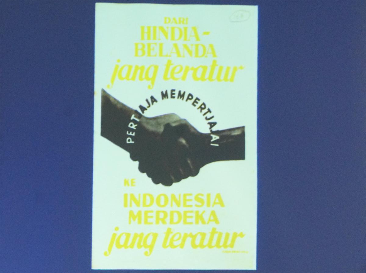 Sejumlah contoh arsip poster yang dipaparkan oleh Saut Irianto Manik untuk menjelaskan kilas perjalanan desain grafis di Indonesia