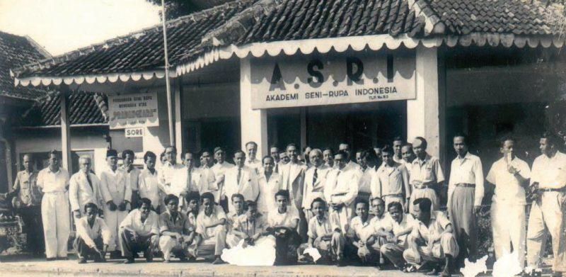 R.J. Katamsi beserta staf pengajarnya di depan gedung ASRI di jalan Bintaran Lor.